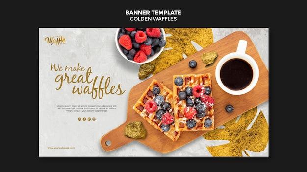 Waffles dorados con banner de frutas