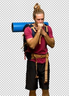 Wandelaar man met berg backpacker lijdt aan hoesten en zich slecht voelen