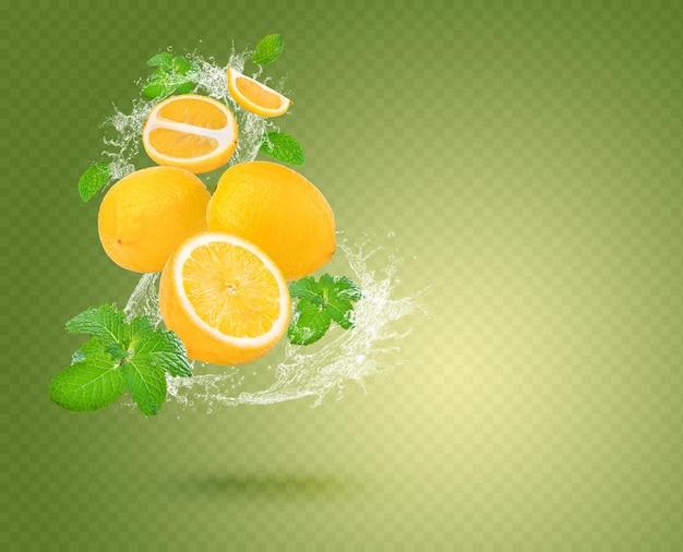 Water splash op verse citroen met munt geïsoleerd op groene achtergrond premium psd