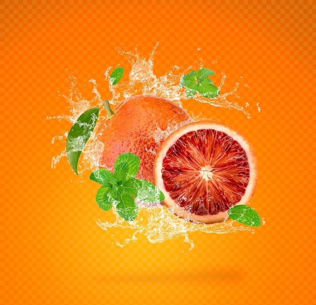 Water splash op verse sinaasappel geïsoleerd