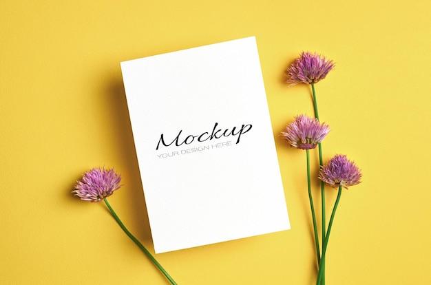 Wenskaart of uitnodigingsmodel met bloemen
