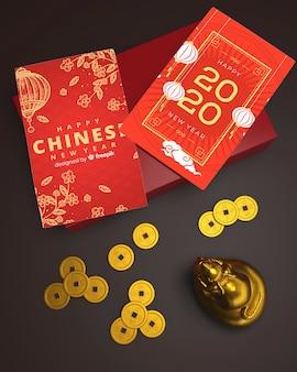 Wenskaarten op tafel voor chinees nieuwjaar