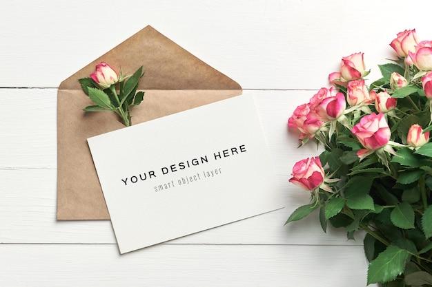 Wenskaartmodel met envelop en rozenbloemen