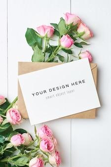 Wenskaartmodel met envelop en rozenbloemenboeket