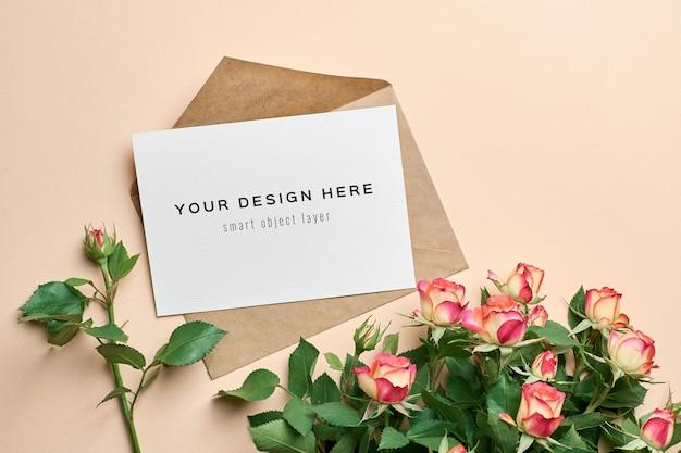 Wenskaartmodel met envelop en rozenbloemenontwerp