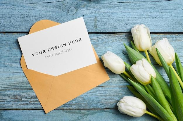 Wenskaartmodel met envelop en tulpenbloemen