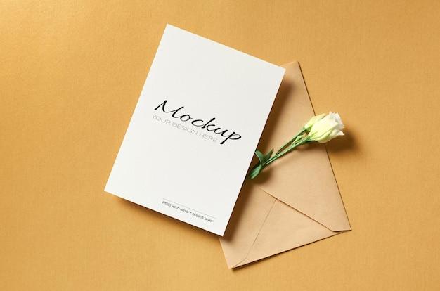 Wenskaartmodel met envelop en witte eustomabloemen op goud