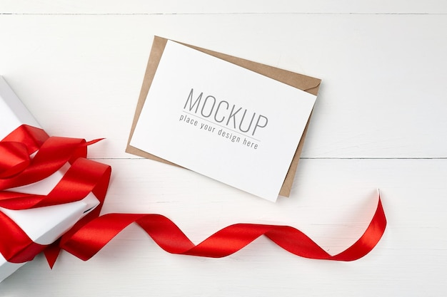 Wenskaartmodel met geschenkdoos en rood lint
