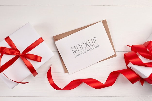 Wenskaartmodel met geschenkdozen en rood lint