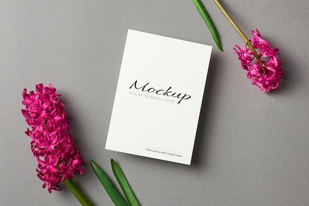 Wenskaartmodel met hyacint lentebloemen op grijs papier