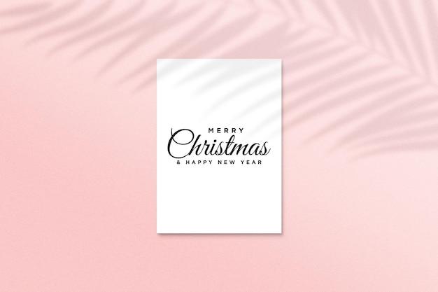 Wenskaartmodel met kerstconcept met schaduw van palmbladeren