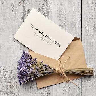 Wenskaartmodel met lavendelbloemen op houten achtergrond