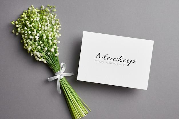 Wenskaartmodel met lelietje-van-dalen bloemenboeket op grijs