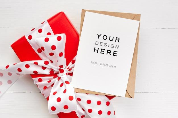 Wenskaartmodel met rode geschenkdoos met strik