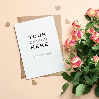 Wenskaartmodel met rozen bloemen boeket en papieren harten