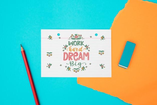 Werk hard droom groot citaat op witboek bovenaanzicht