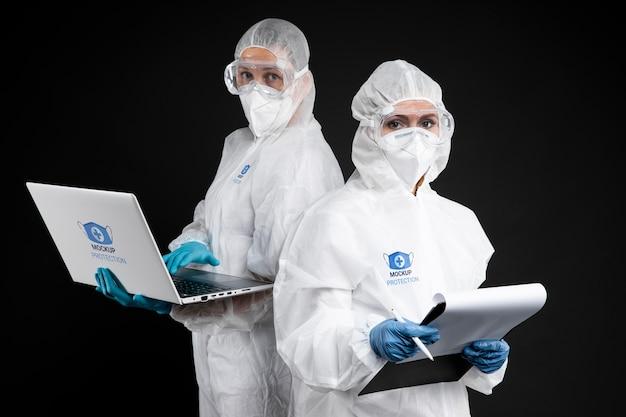 Werknemers die beschermingsmiddelen dragen