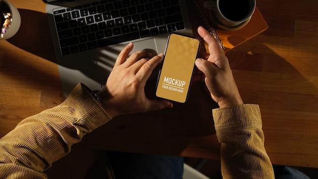 Werkruimte met digitale telefoonmodel met mok