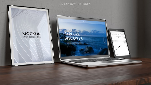 Werkruimte met een laptopcomputer, posters, frame mockup
