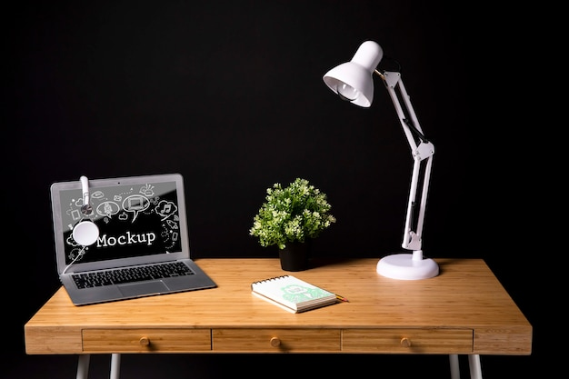Werkruimte met lamp en plant