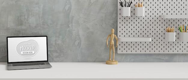 Werkruimte met laptop houten figuur en briefpapier op de plank op de zoldermuur 3d-rendering