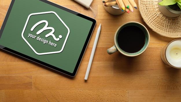 Werkruimte met mockup-tablet, styluspen en benodigdheden