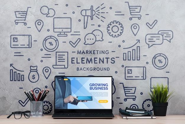 Werkruimte met plant en laptop