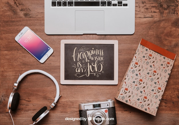 Werkruimtemodel met leisteen en laptop