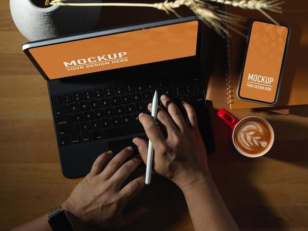 Werktafel kantoor met mockup voor laptop en telefoon