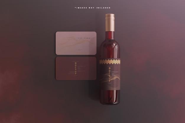 Wijnfles met visitekaartje mockup
