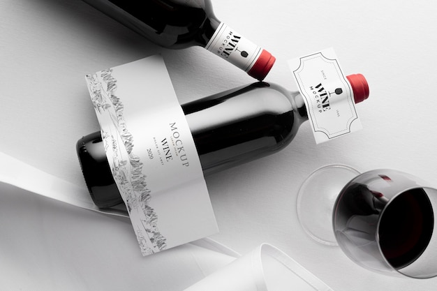 Wijnflesetiket en glas mock up plat leggen