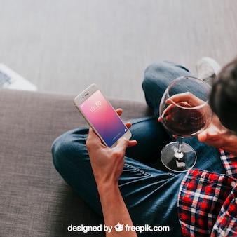 Wijnmodel met smartphone van de mensenholding