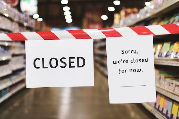 Winkel tijdelijk gesloten bordmodel tijdens coronaviruspandemie