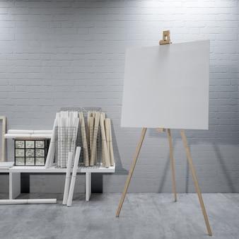 Wit canvas op een ezel in de kunstkamer