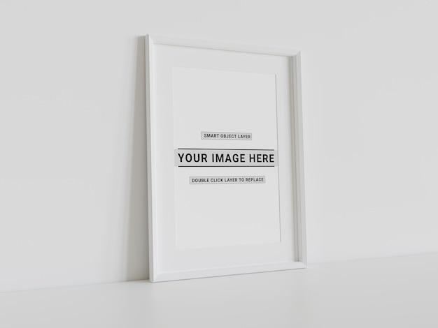 Wit frame dat op muurmodel leunt