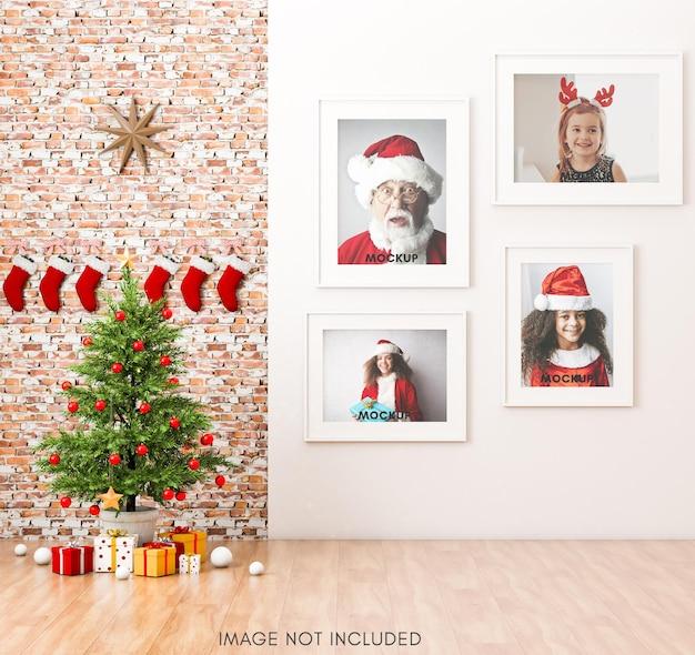 Wit framemodel in warme woonkamer met bakstenen muur en kerstboom