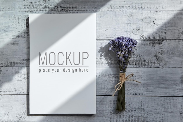 Wit leeg canvasmodel en boeket van lavendelbloemen