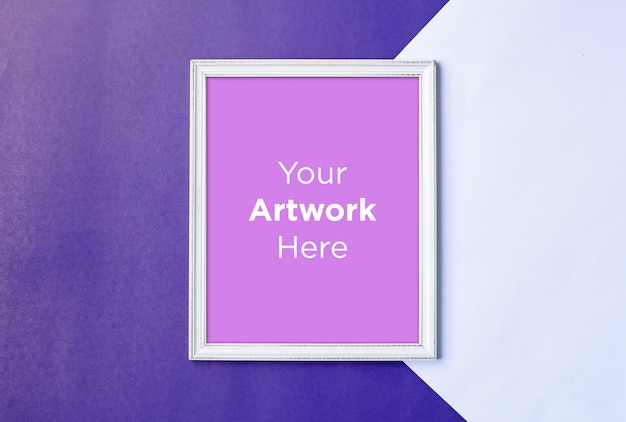 Wit leeg fotolijst mockup design op paarse papier achtergrond
