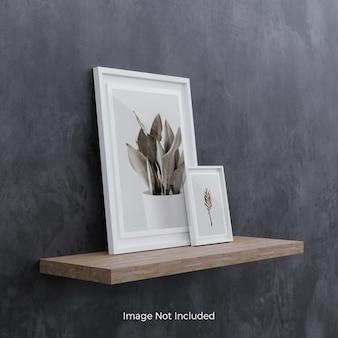 Witte fotolijst mockup op houten plank