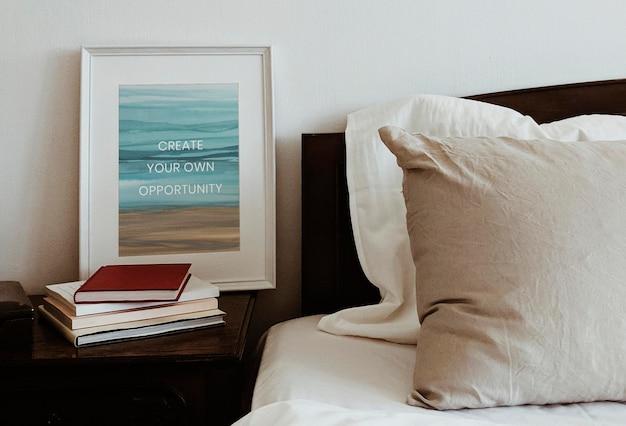 Witte fotolijst mockup psd met ombre aquarel schilderij interieur