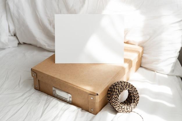Witte lege wenskaart in bed mockup
