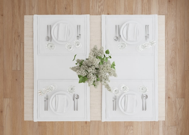 Witte tafel instelling met bloemenvaas