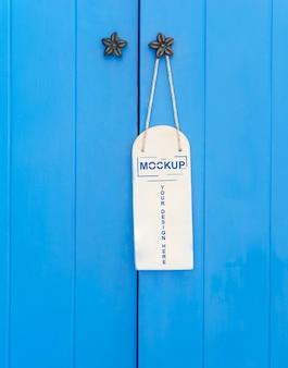 Witte tag opknoping op de deur mockup