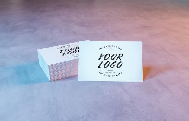 Witte visitekaartje stapel op betonnen oppervlak mockup
