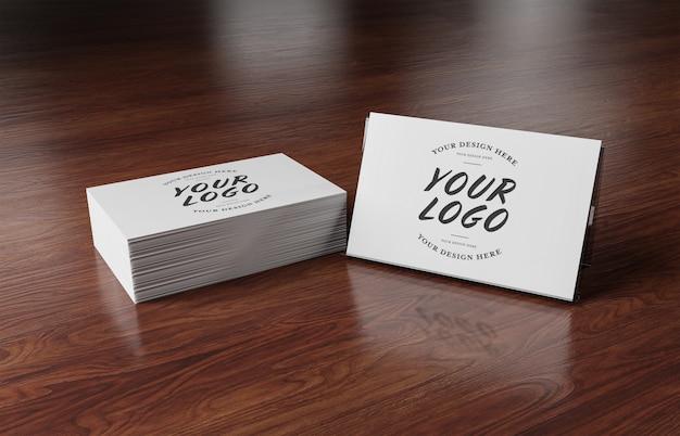 Witte visitekaartjestapel op houten oppervlakte