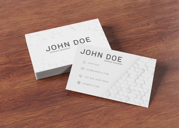 Witte visitekaartjestapel op houten oppervlaktemodel