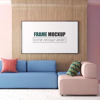Woonkamer met grote fotolijst die aan een houten frame van het muurframe hangt
