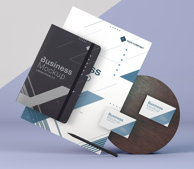 Zakelijke briefpapier mock-up en houten bord