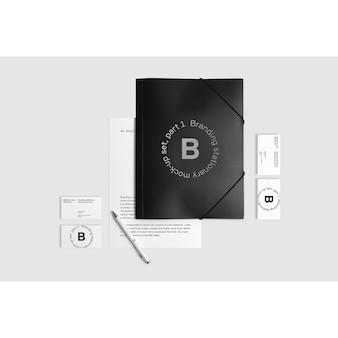 Zakelijke kantoorbehoeften mock up met zwarte map op witte achtergrond