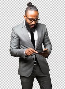 Zakelijke zwarte man met een tablet